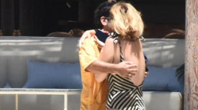 Aşka gelen Ceyda Düvenci, plajda eşi Bülent Şakrakı öpücüklere boğdu